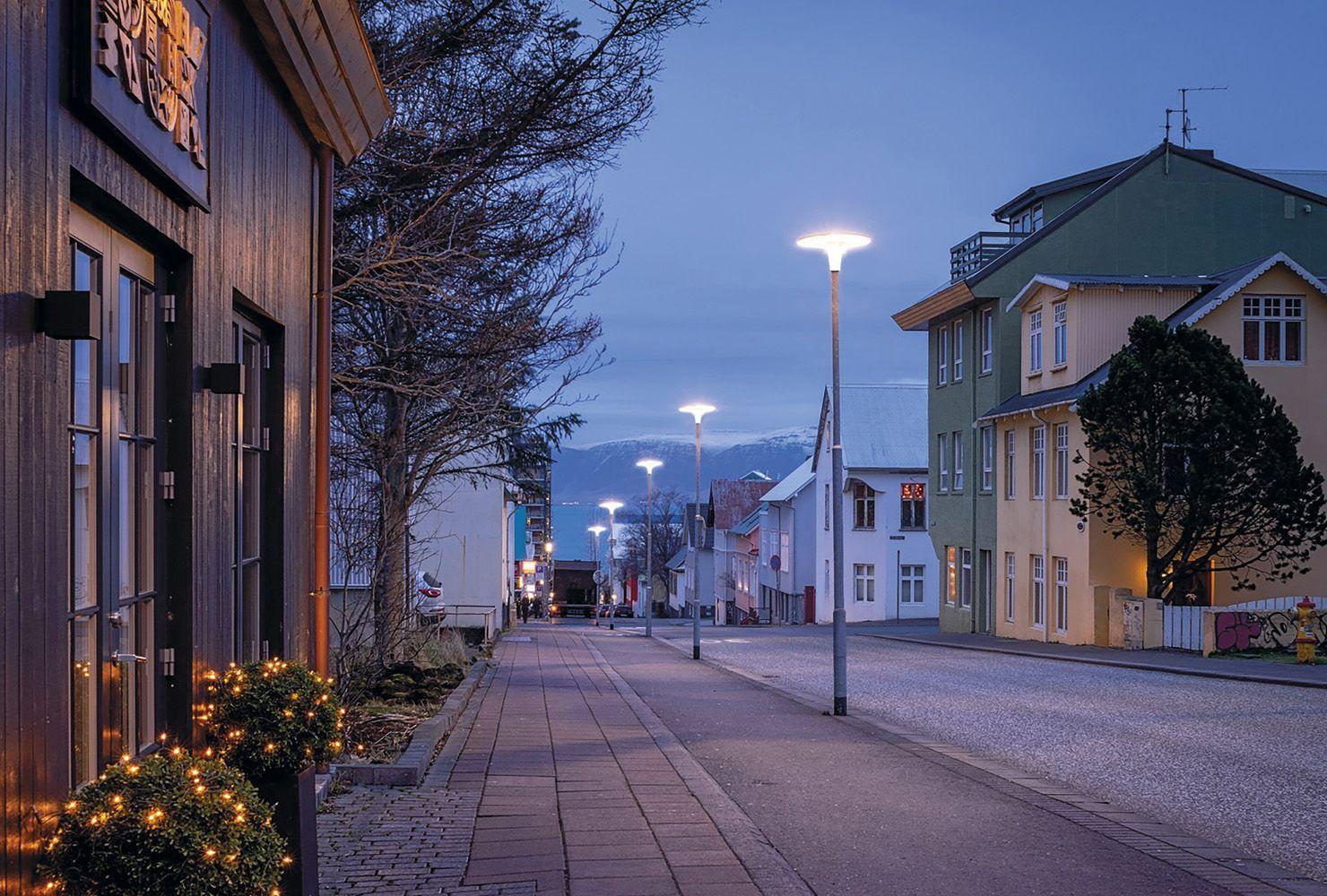 Luminaria LED Arial en entorno urbano, sobre columna telescópica