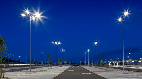 Luminarias viales Ref.789 iluminando el parking del centro comercial