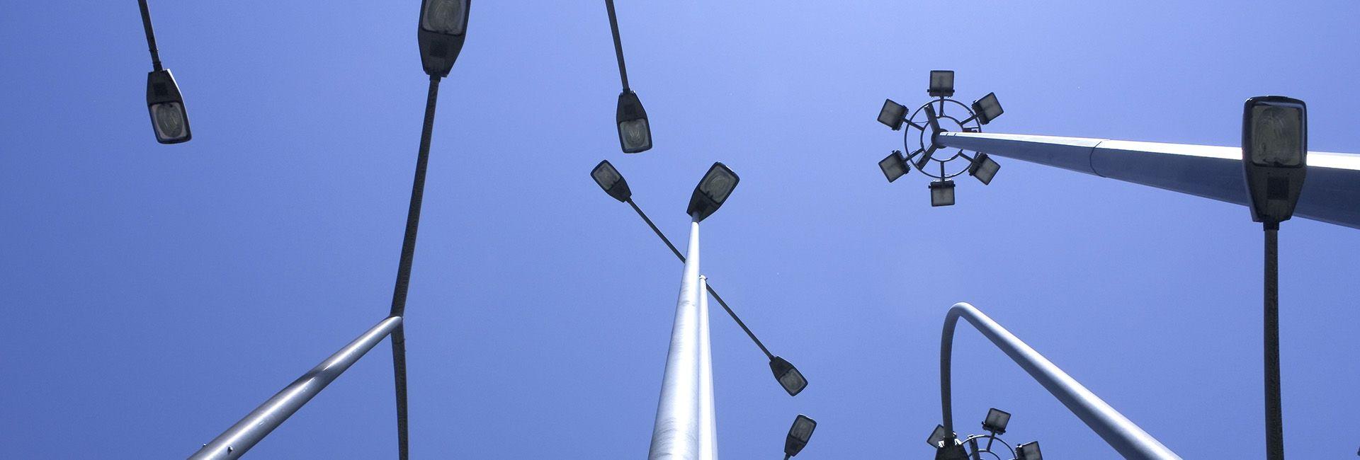 Brazos tipo Arco Mural y crucetas para luminarias y proyectores