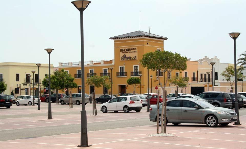 Iluminación de parking de centro comercial con columnas con base de fundición
