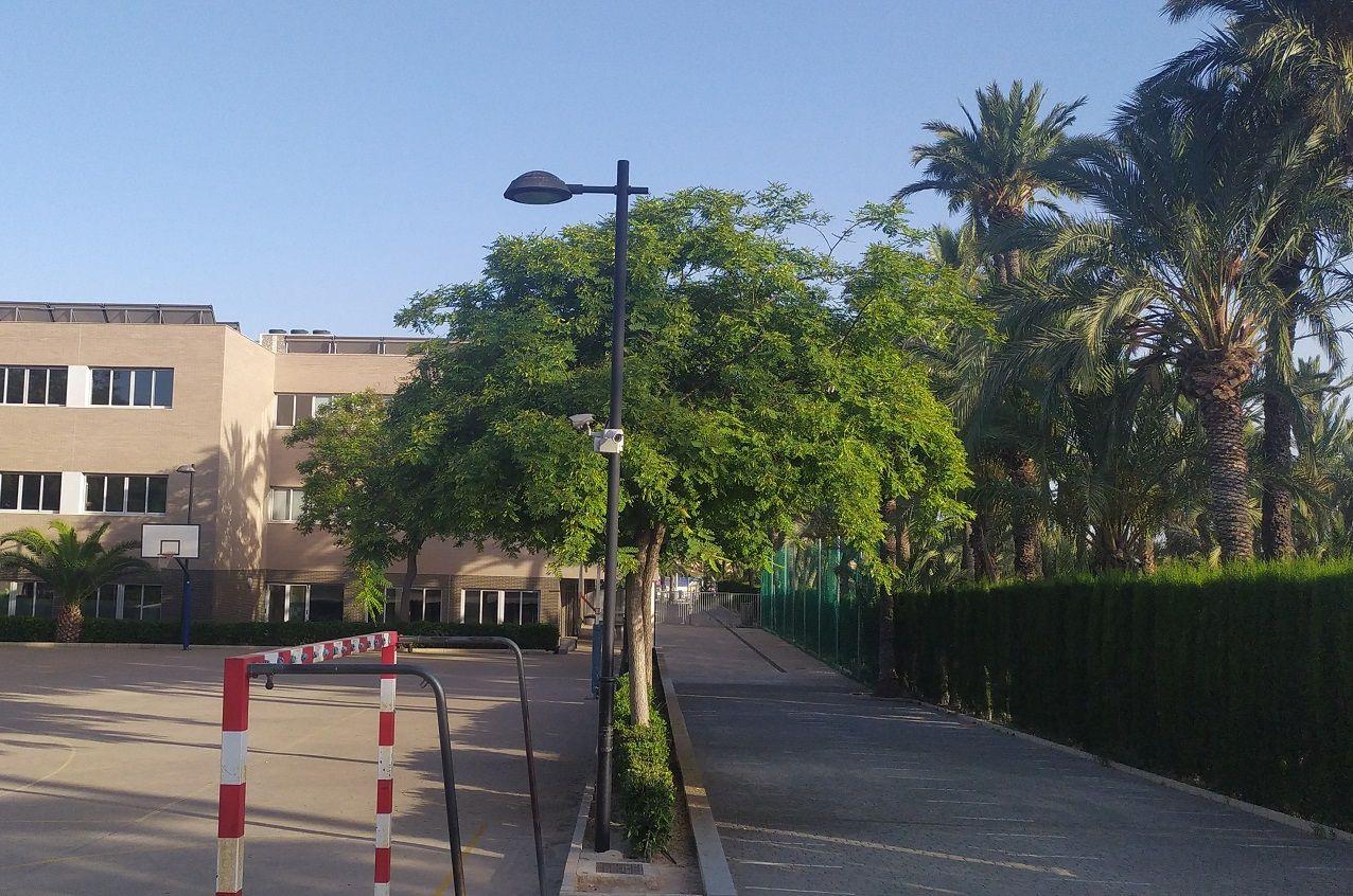 Farola Tubular destinada a la iluminación de parques, jardines, zonas urbanas y residenciales, colegios...