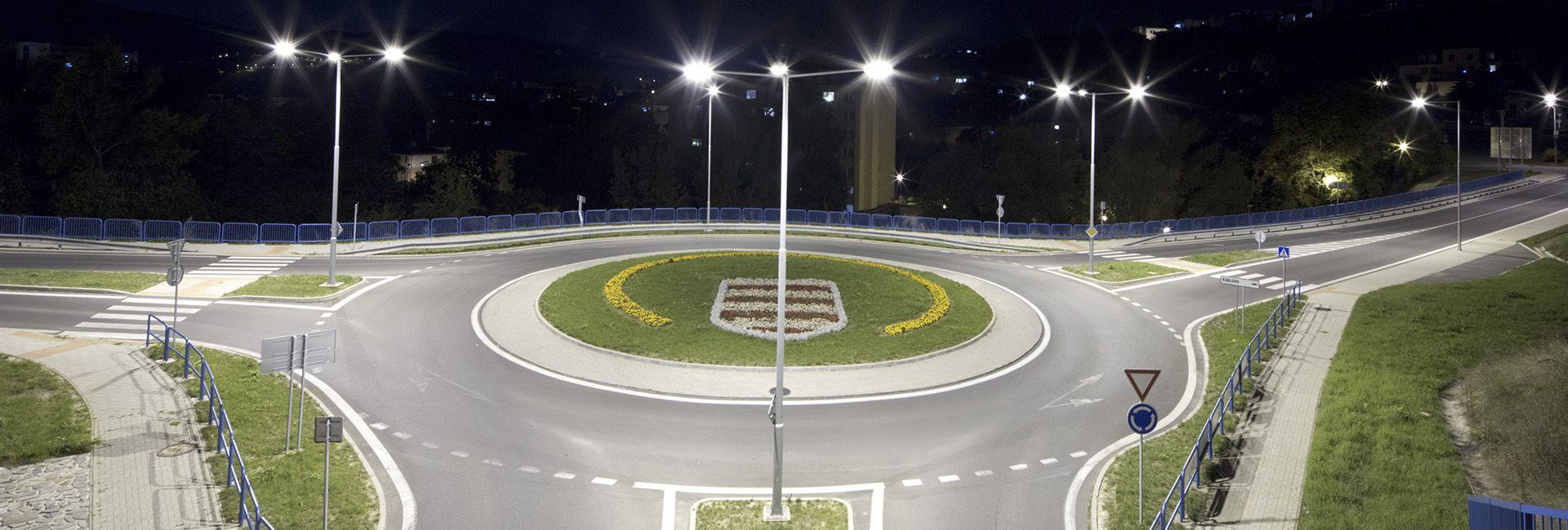 Luminarias viales LED iluminando rotonda