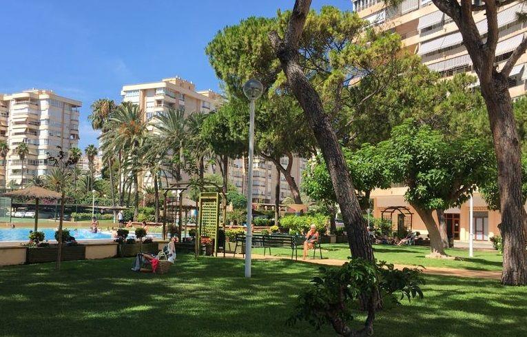 Columna modelo Nikolson de 4 metros de alumbrado exterior iluminando jardín de urbanización