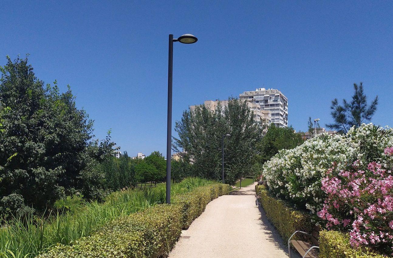 Parque iluminado con columnas Tubulares Cilíndricas
